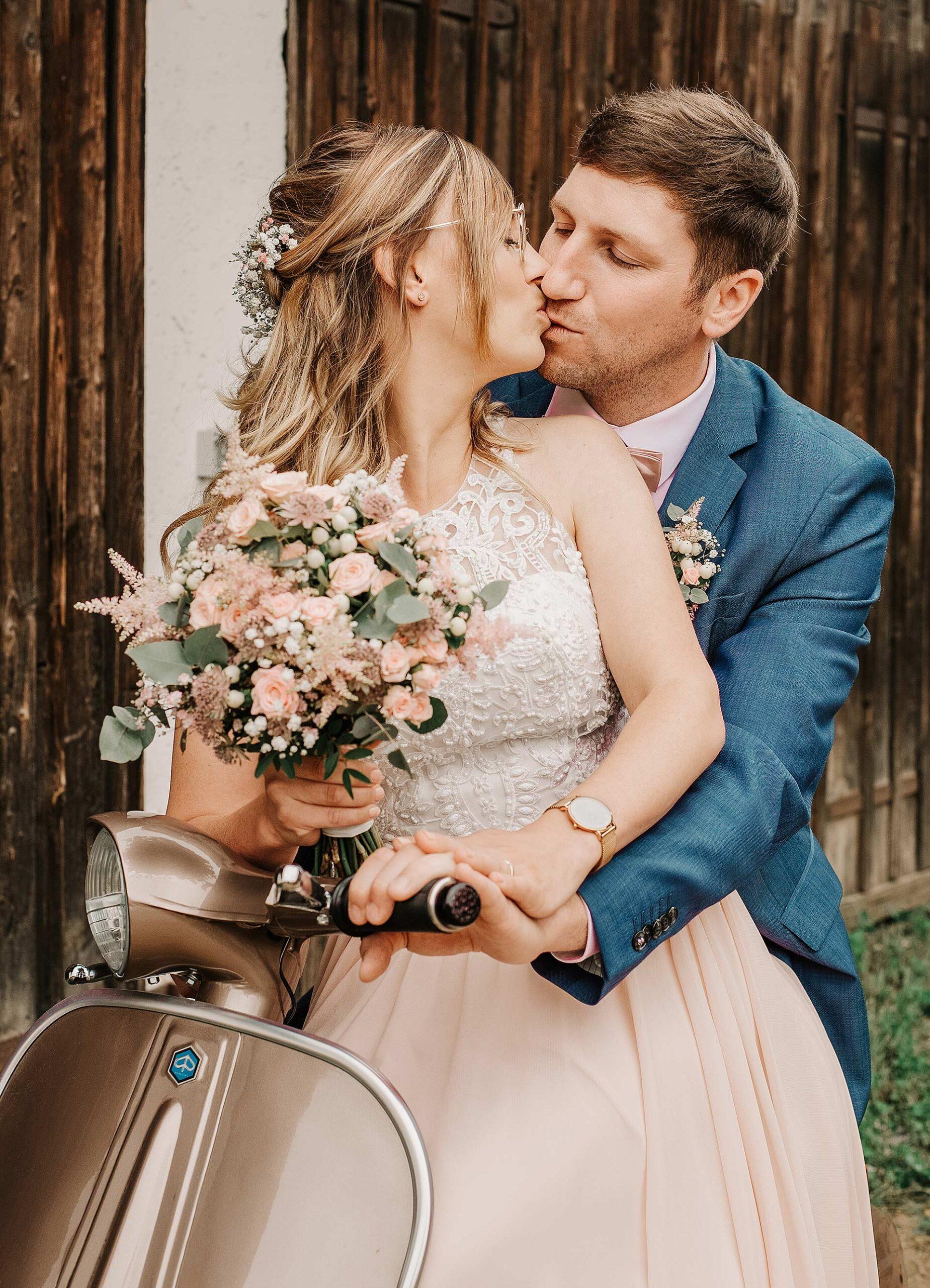 BrautpaarshootingVintageHochzeitsreportageHochzeitsfotografinRegen scaled - Hochzeitsreportage